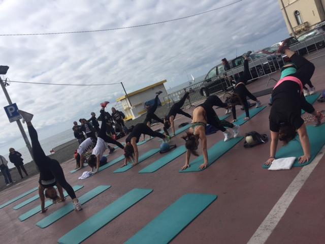 yoga-pilates-genova-spiaggia-lezioni